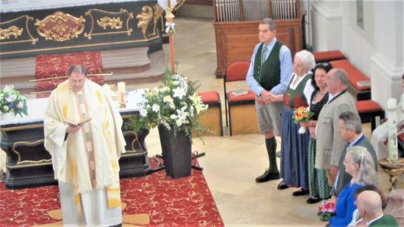 Grünau im Almtal : Der Kirchenchor bereicherte mit dem Gesang den Festgottesdienst der Ehejubiläen. - Bild 19