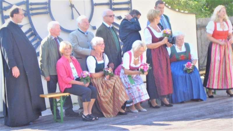 Grünau im Almtal : Der Kirchenchor bereicherte mit dem Gesang den Festgottesdienst der Ehejubiläen. - Bild 20
