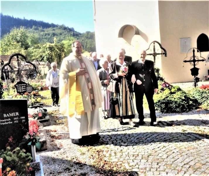 Grünau im Almtal : Der Kirchenchor bereicherte mit dem Gesang den Festgottesdienst der Ehejubiläen. - Bild 21
