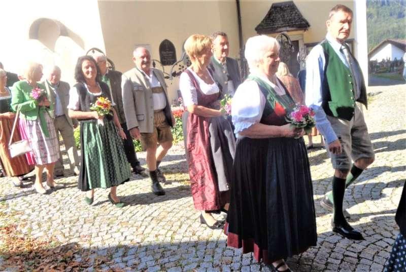 Grünau im Almtal : Der Kirchenchor bereicherte mit dem Gesang den Festgottesdienst der Ehejubiläen. - Bild 24