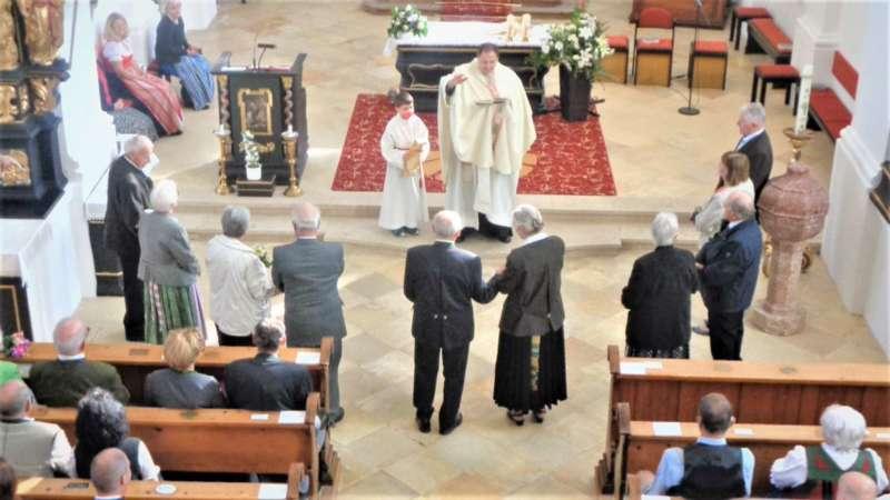 Grünau im Almtal : Der Kirchenchor bereicherte mit dem Gesang den Festgottesdienst der Ehejubiläen. - Bild 26