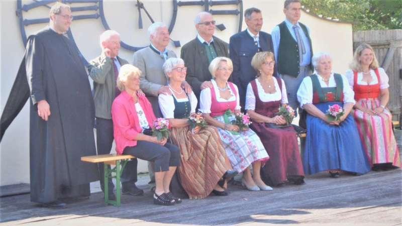 Grünau im Almtal : Der Kirchenchor bereicherte mit dem Gesang den Festgottesdienst der Ehejubiläen. - Bild 29