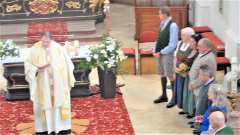 Grünau im Almtal : Der Kirchenchor bereicherte mit dem Gesang den Festgottesdienst der Ehejubiläen. - Bild 34