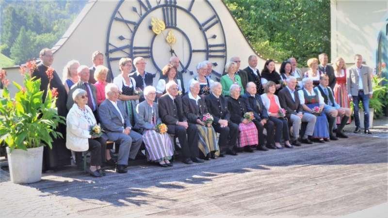 Grünau im Almtal : Der Kirchenchor bereicherte mit dem Gesang den Festgottesdienst der Ehejubiläen. - Bild 38