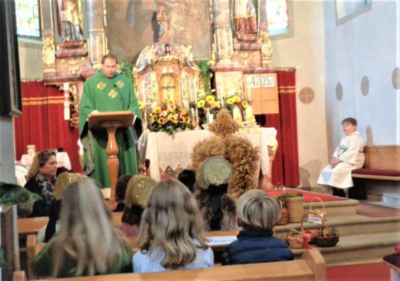 St. Konrad : Der Kirchenchor und Schüler der VS - St. Konrad umrahmten das Erntedankfest. - Bild 7