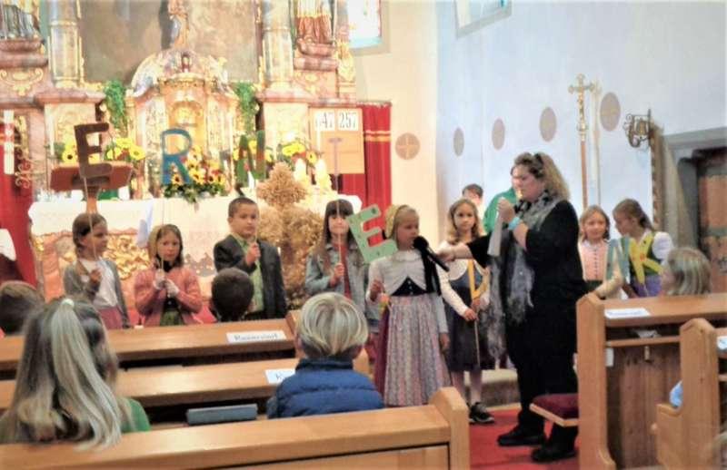St. Konrad : Der Kirchenchor und Schüler der VS - St. Konrad umrahmten das Erntedankfest. - Bild 8