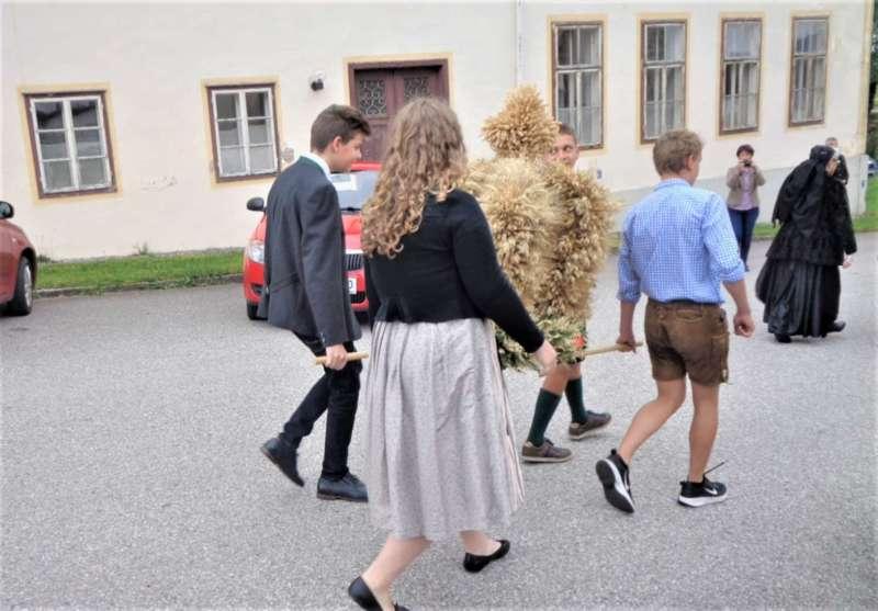 St. Konrad : Der Kirchenchor und Schüler der VS - St. Konrad umrahmten das Erntedankfest. - Bild 9