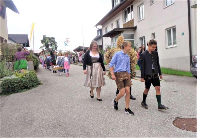 St. Konrad : Der Kirchenchor und Schüler der VS - St. Konrad umrahmten das Erntedankfest. - Bild 10