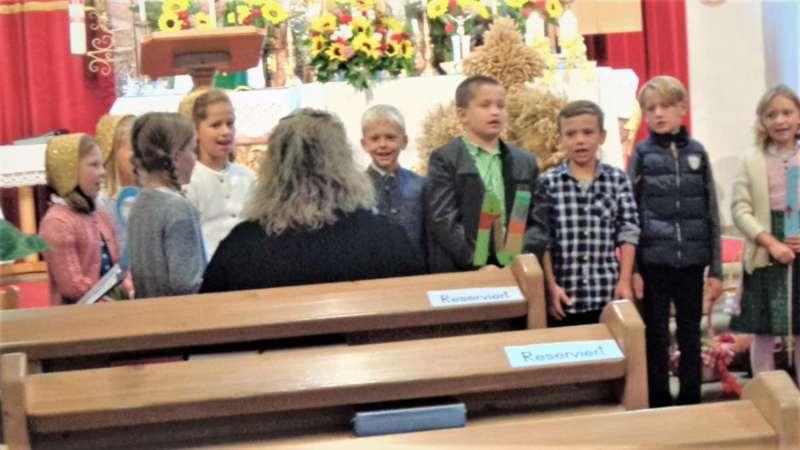 St. Konrad : Der Kirchenchor und Schüler der VS - St. Konrad umrahmten das Erntedankfest. - Bild 15