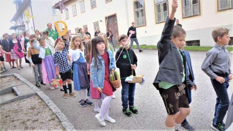 St. Konrad : Der Kirchenchor und Schüler der VS - St. Konrad umrahmten das Erntedankfest. - Bild 23