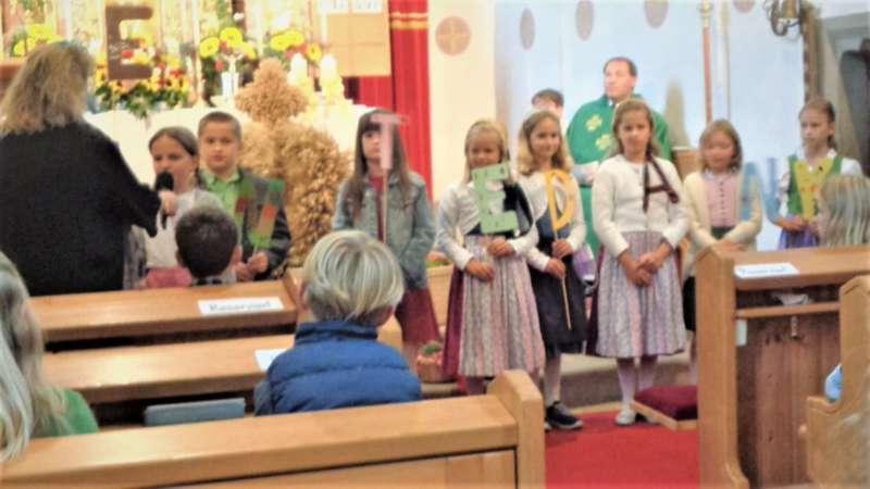 St. Konrad : Der Kirchenchor und Schüler der VS - St. Konrad umrahmten das Erntedankfest. - Bild 24
