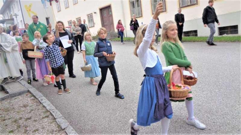 St. Konrad : Der Kirchenchor und Schüler der VS - St. Konrad umrahmten das Erntedankfest. - Bild 42