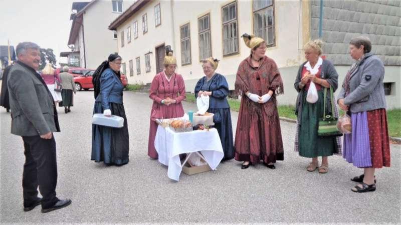 St. Konrad : Der Kirchenchor und Schüler der VS - St. Konrad umrahmten das Erntedankfest. - Bild 44