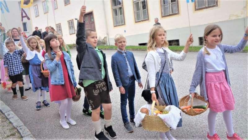 St. Konrad : Der Kirchenchor und Schüler der VS - St. Konrad umrahmten das Erntedankfest. - Bild 45