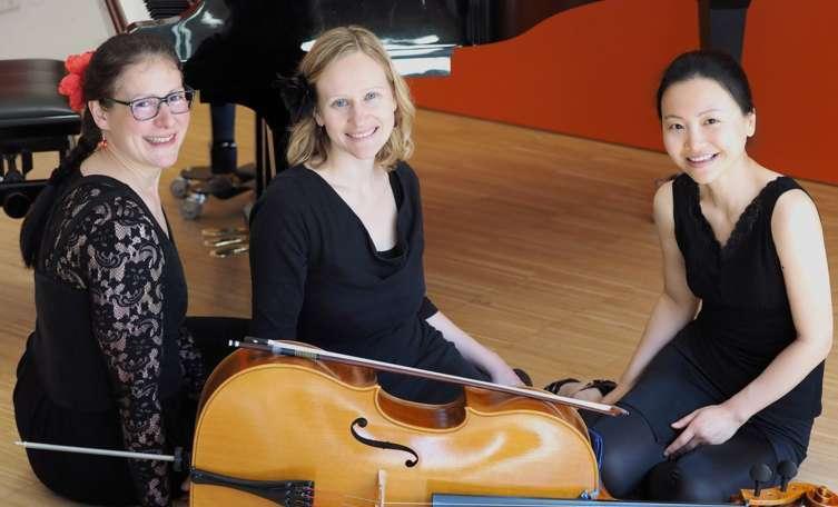 Superheißes Trio Lässt Es Daheim Heiß Werden