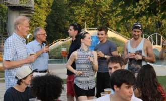 "Grillfest vor der Premiere von ""Saturday Night Fever"""