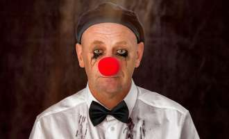 Alf Poier mit Humor im Hemd in Bad Hall