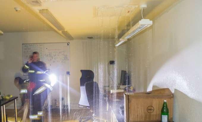 wenn der bach aus der decke l uft ff alkoven mit spektakul rem wasserschaden konfrontiert. Black Bedroom Furniture Sets. Home Design Ideas
