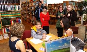 Schüler und Eltern treffen sich zum gemeinsamen Spielen. Foto: privat