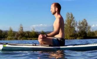 Stand Up Paddle-Yoga mit Peter Grillmair