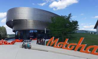 Public Viewing in der KTM Motohall