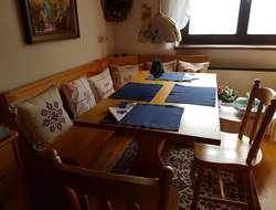 Holzeckbank mit Tisch und 2 Stühlen
