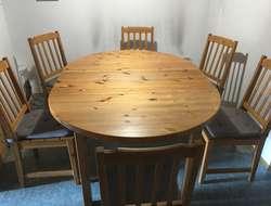 Ovaler Massivholztisch Kiefer und 6 Stühle